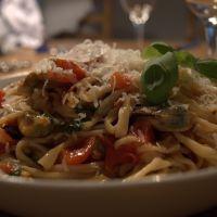 Hjemmelavet pasta med øldampede blåmuslinger og frisk tomatsauce