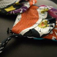 Til salg: Farverig håndledstaske med flæse