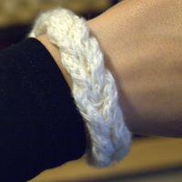 Et lille, strikket armbånd
