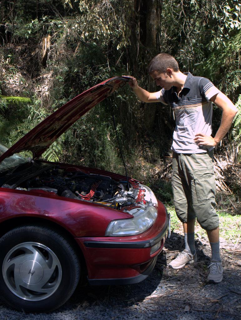 Anders lader som om han har styr på, hvad der kan være gal med bilen og om alt er som det skal være.