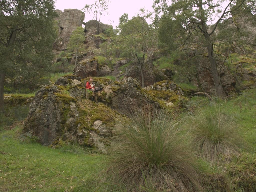 Jeg sidder ved Hanging Rock, Victoria, Australien.