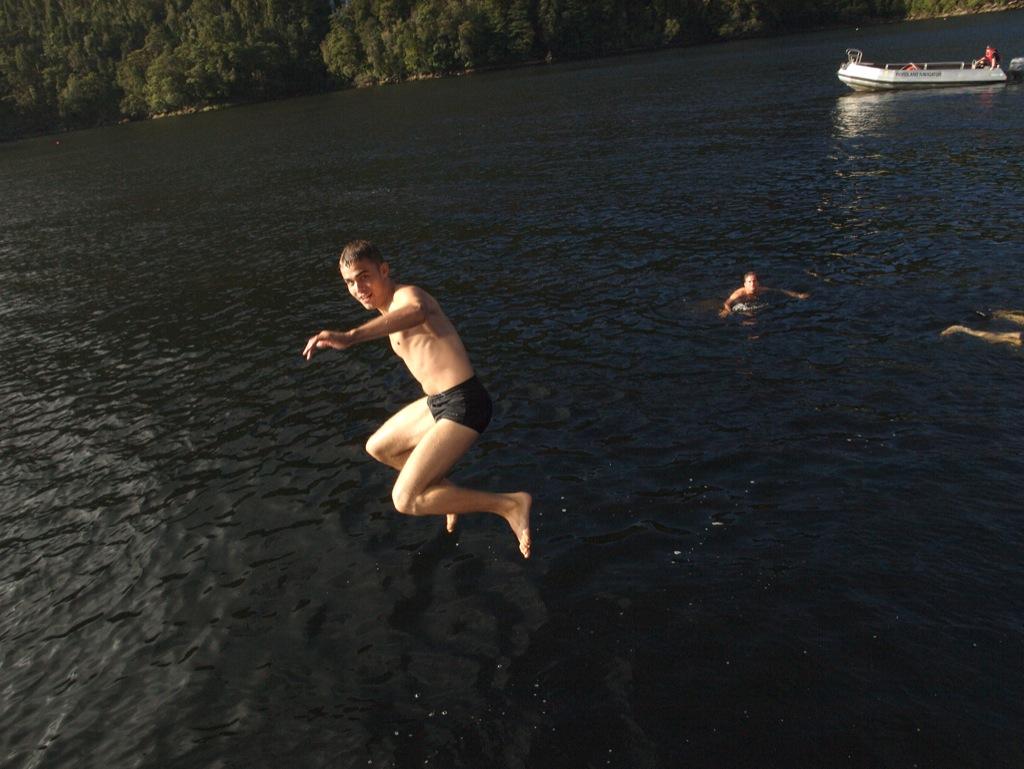 Anders der elegant springer ud fra båden og i de kolde vand.