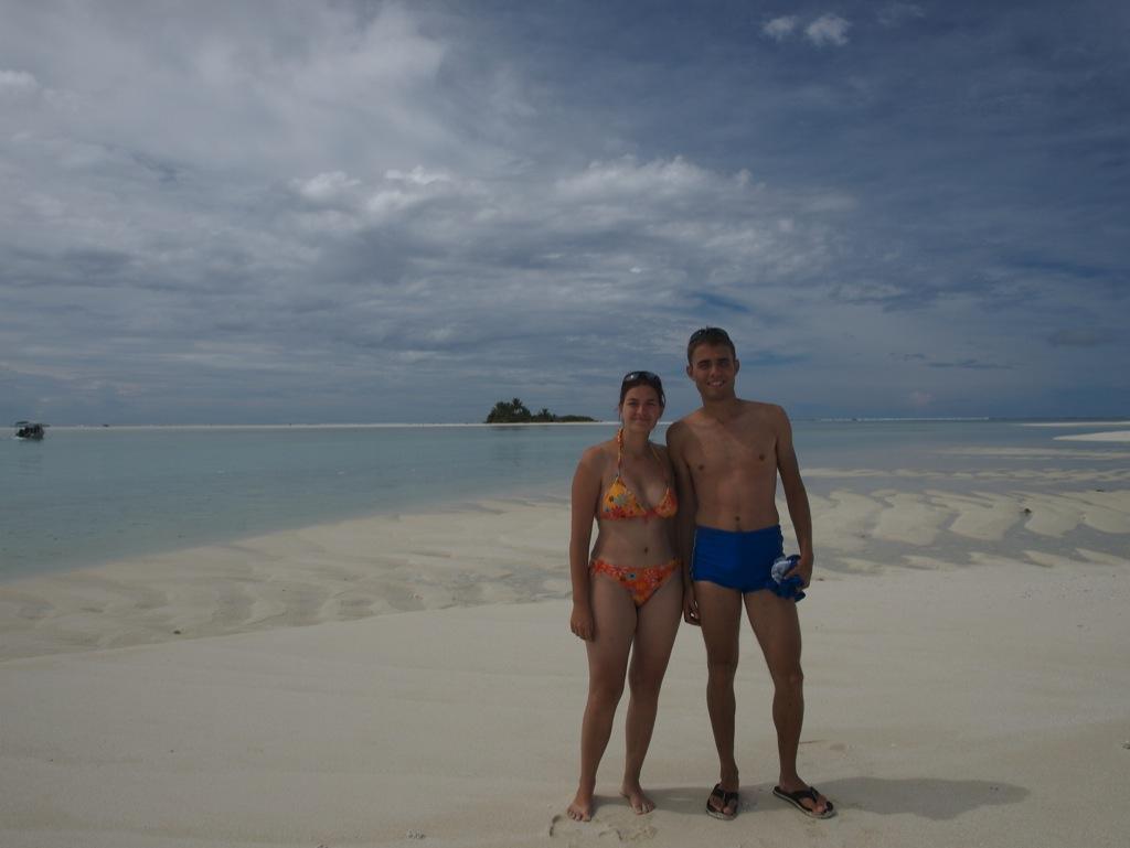 Anders og jeg på Maina (Aitutaki) med Honeymoon Island i baggrunden.