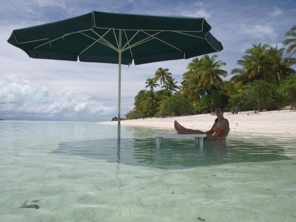 Nogen havde placeret bord og parasol i vandet; nok for at køle af.