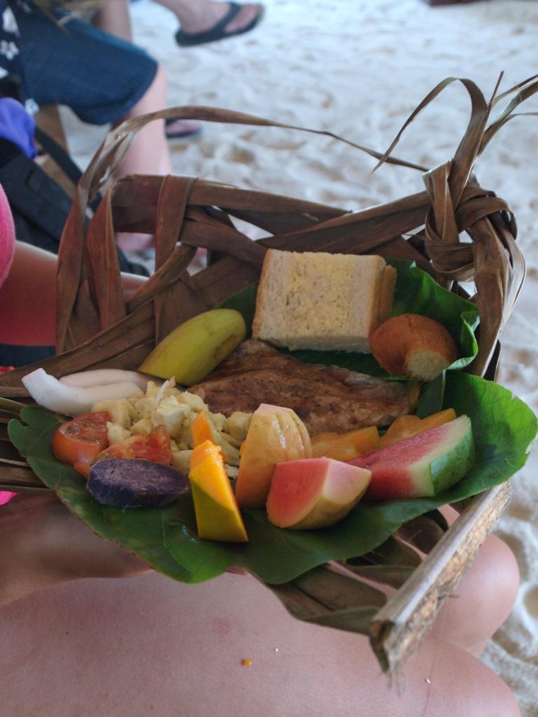 Lækker mad og masser af det; frokost på Honeymoon Island.