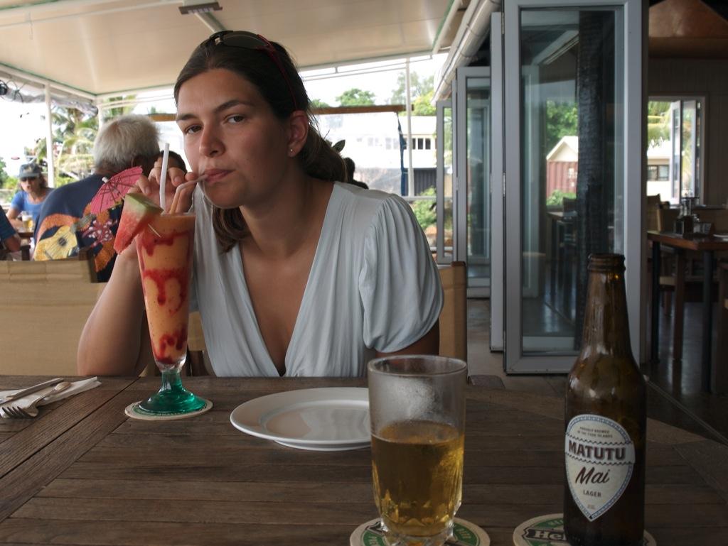 Jeg nyder en papayasmoothie, mens Anders fik en lokal øl.