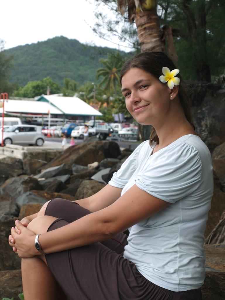 Mig med en fin blomst i håret ved havnen i Rarotonga.