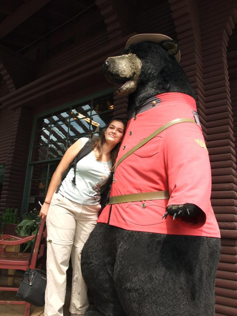 Mig sammen med en stor bjørn ved Capilano Suspension Bridge.