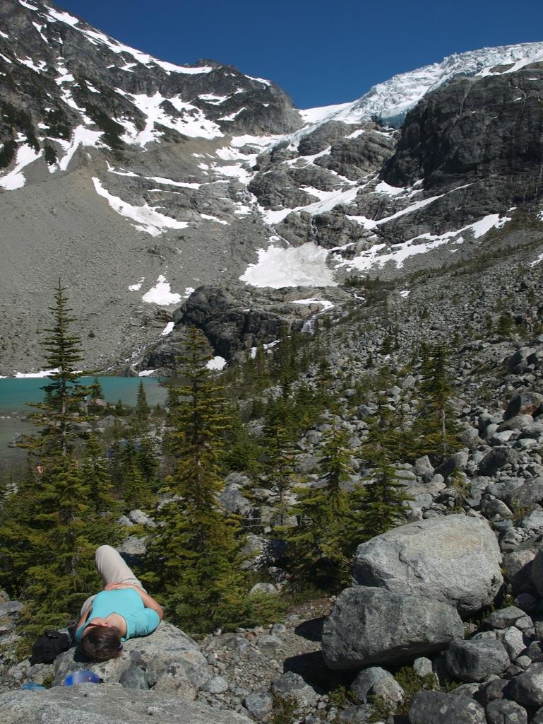 Jeg slapper af på toppen ved vores lille lejr.