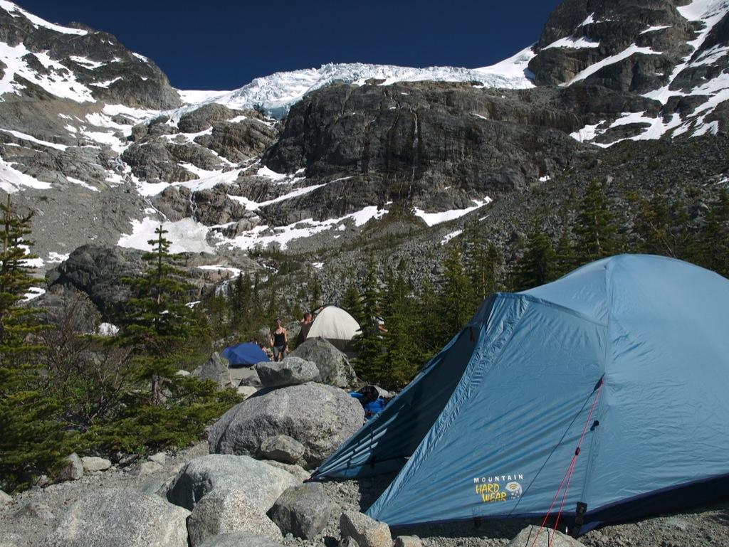 Vores lejr på den klippede bund ved Joffre Lakes.