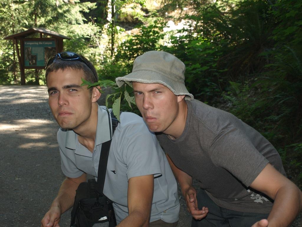 Anders og lillebror Jakob leger Rambo ved Othello Quinette Tunnels.