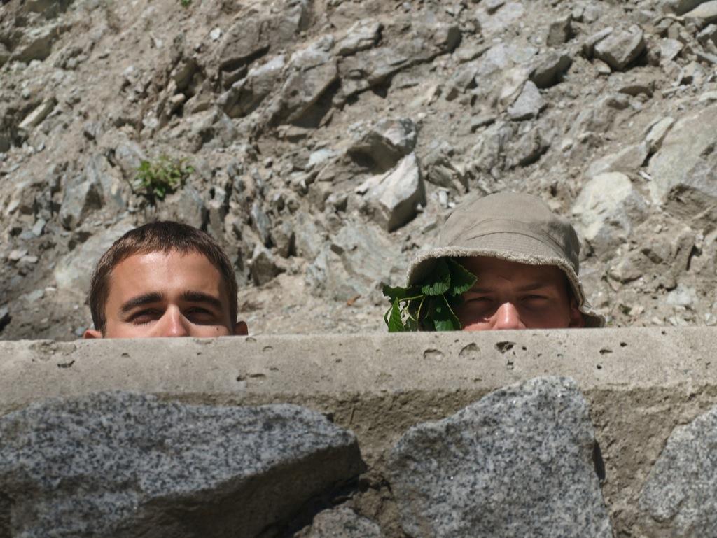 Jo det er godt nok Anders og lillebror Jakob, selvom de prøvede at skjule sig bag sten og blade.