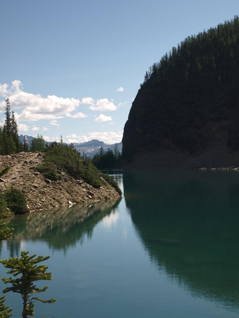 Lake Agnes med udsigt ud over bjergene.