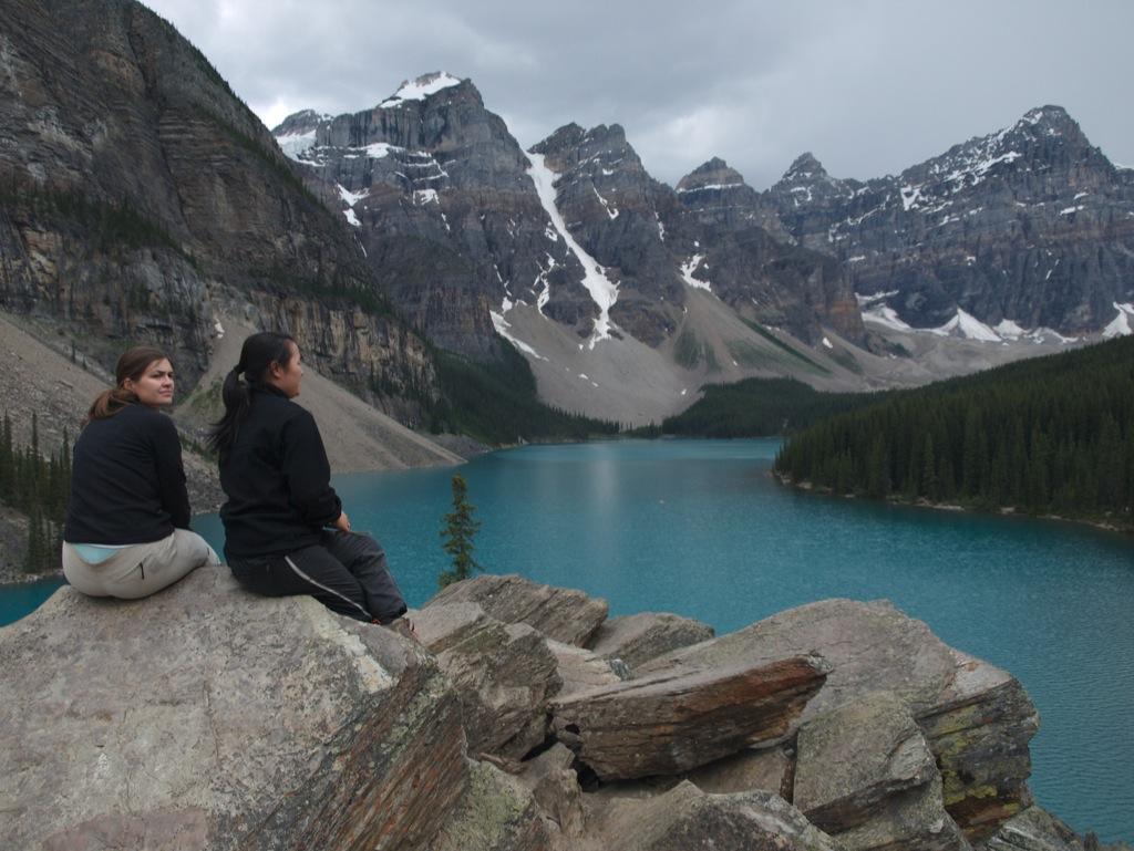 Karina og jeg på toppen af Moraine Lakes rockpile.