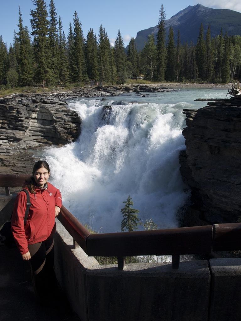 Her er jeg så foran en af de mange mindre vandfald ved Athabasca Falls.