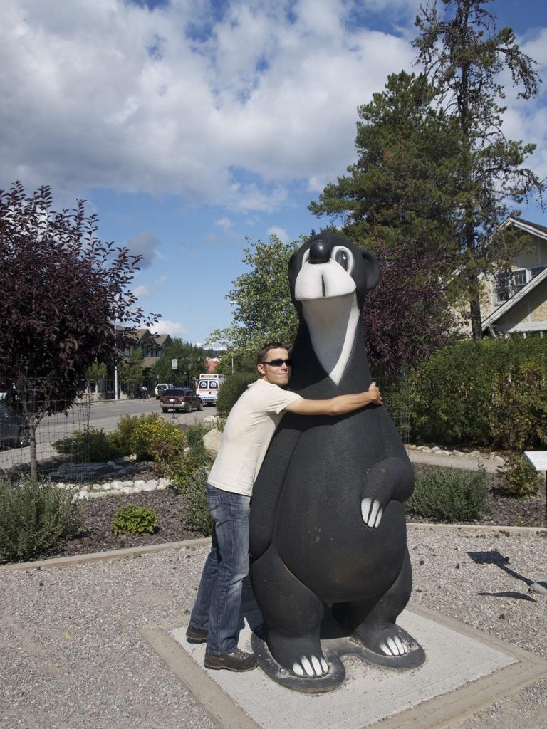 Anders krammer en bjørn, som skulle være en maskot i byen Jasper.
