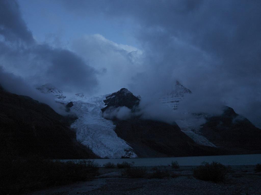 Det regner kraftigt her ved aftenstid med Mount Robson i baggrunden.