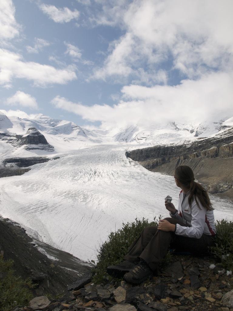 Jeg betragter gletcheren og toppen af Mount Robson er dukket frem.