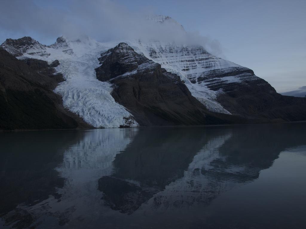 Aftenspejling af Mount Robson ved Berg Lake.