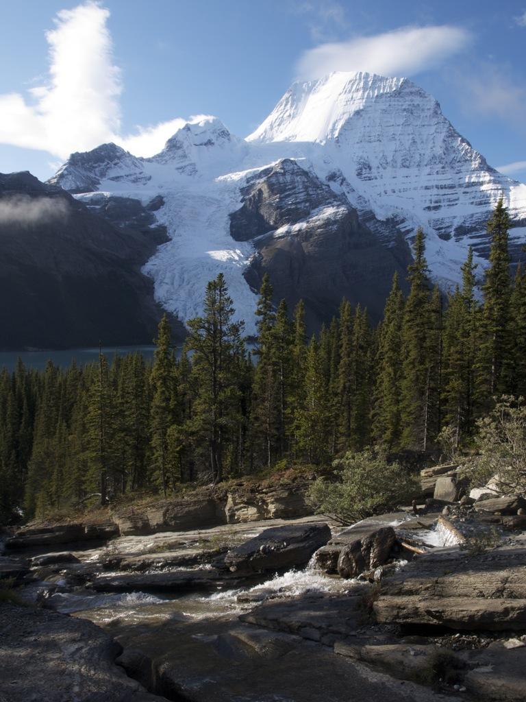 Toboggan Falls med Mount Robson i baggrunden.