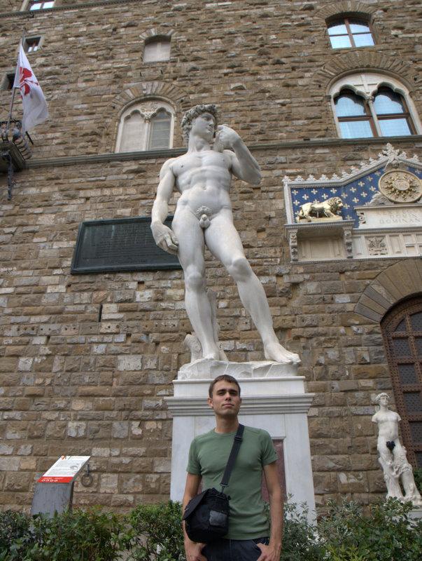 Anders foran en kopi af Michelangelos David ved Palazzo Vecchio.