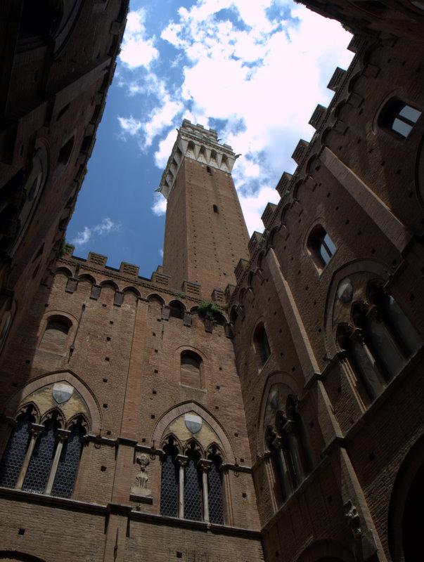 Tårnet ved Il Campo set nedefra.