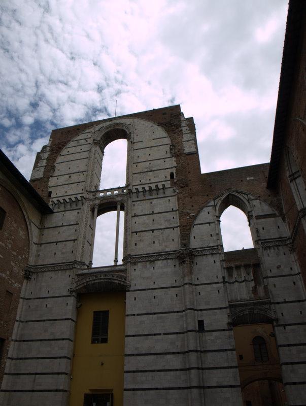 """Le """"Facciatone"""" - en tilbygning til domkirken, der aldrig blev færdig."""