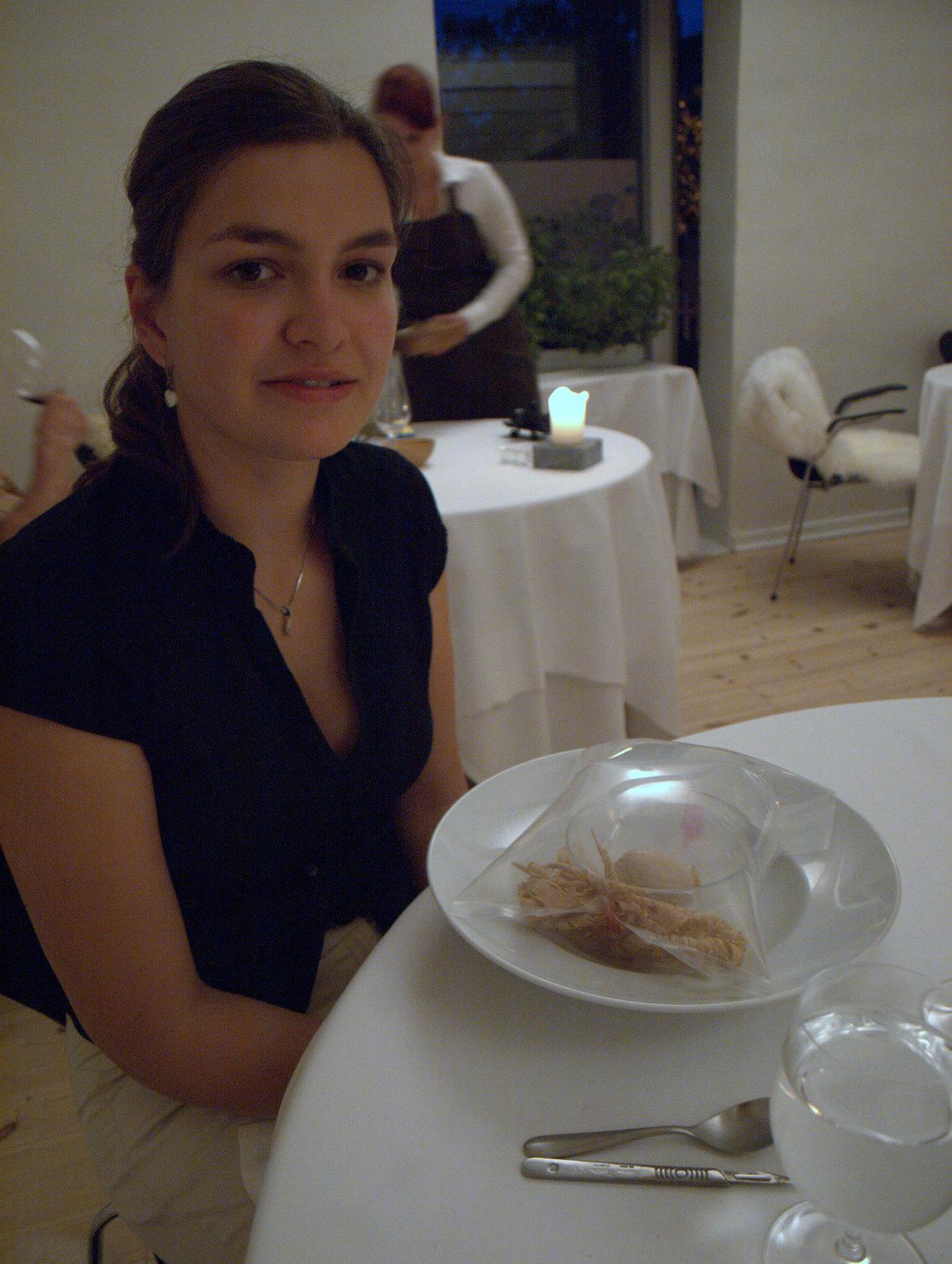 """Her er jeg sammen med desserten """"egetræ""""."""