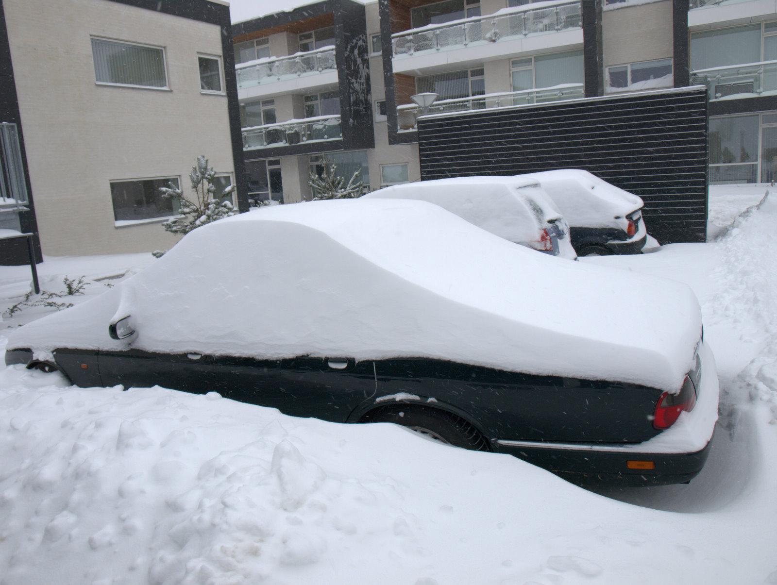 Jo der er en bil under al sneen.