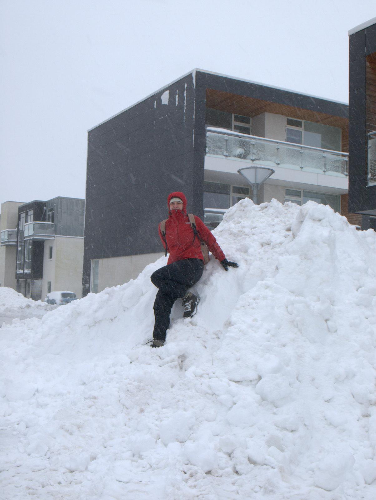 Stor bunke med sne, efter snerydderne har været der; på parkeringspladsen uden for vores lejlighed; man kan lige se vores altan i midten.
