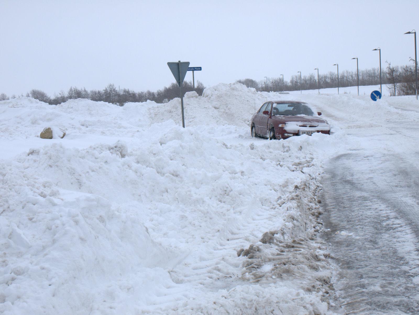 Parkering ved Fakta; her var vejen først ved at blive ryddet.
