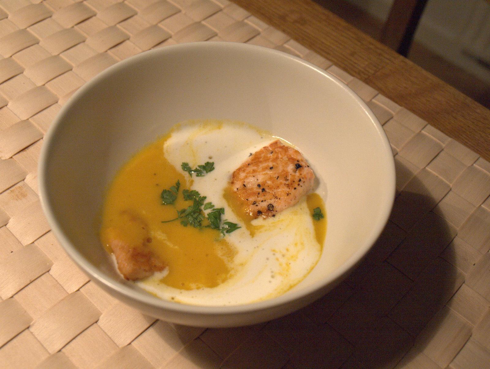 Forret: Gulerods- og appelsinsuppe med grillet laks.