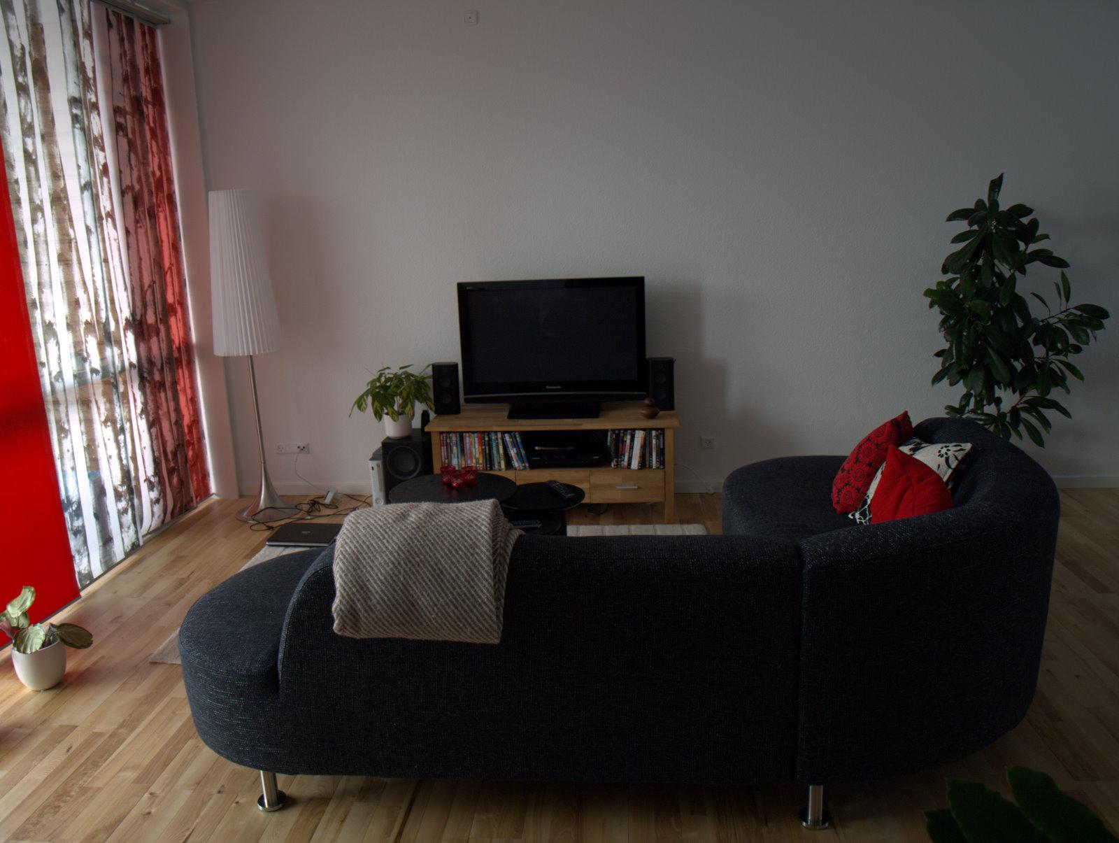 Den nye sofa med nyt sofabord og puder med farver.