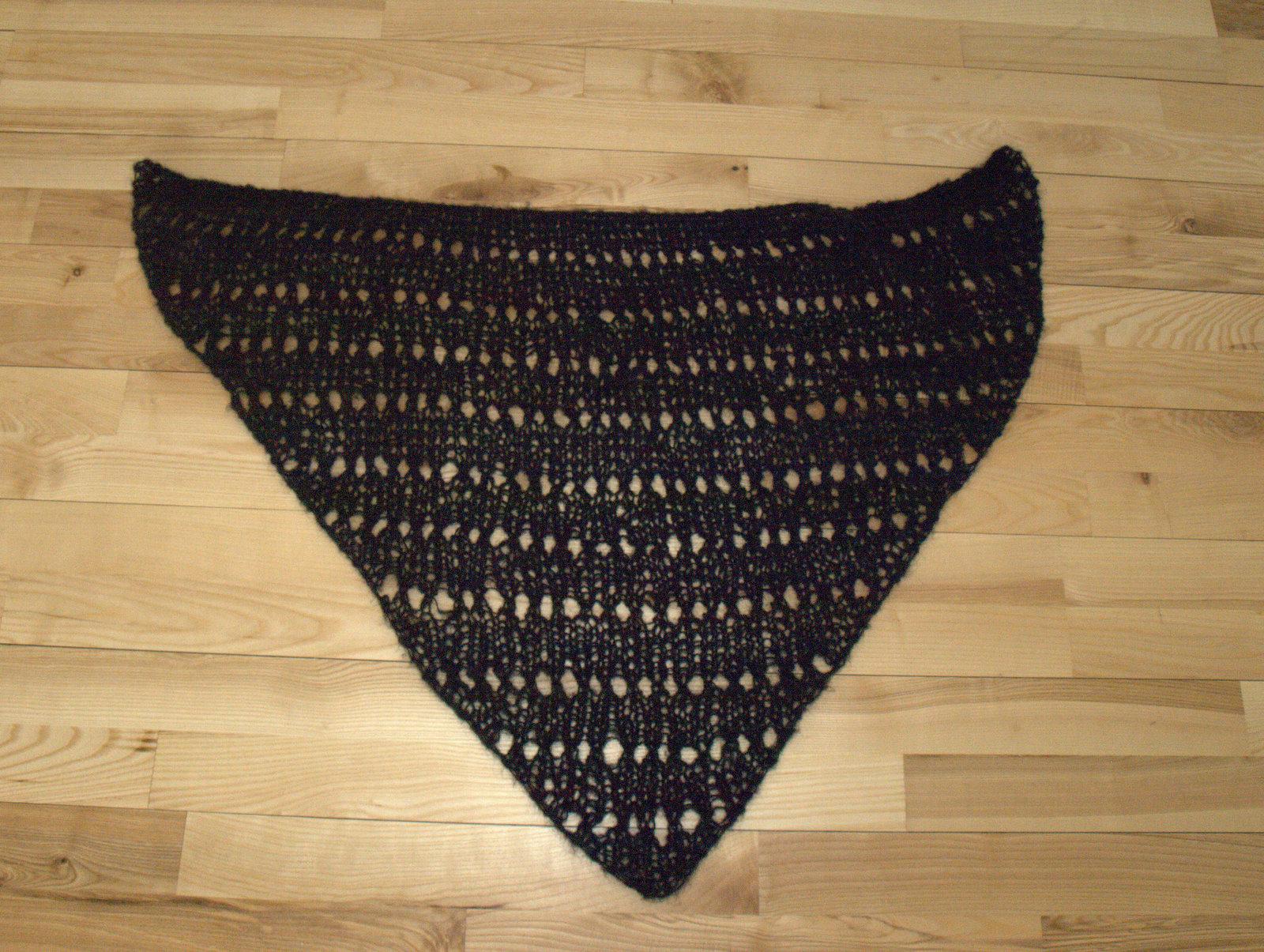 Sort mohair-sjal med hulmønster.