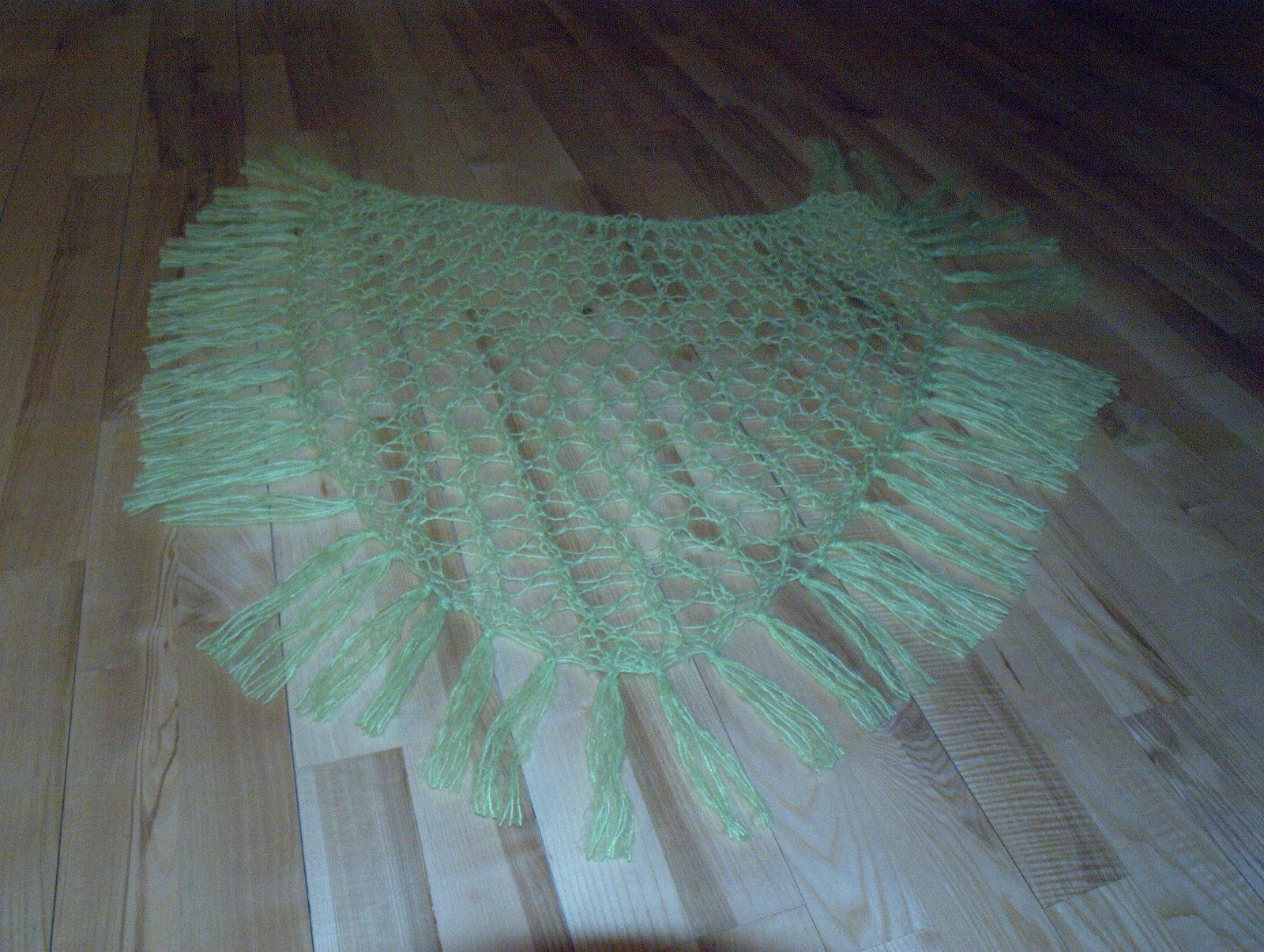 Limegrønt sjal med frynser.
