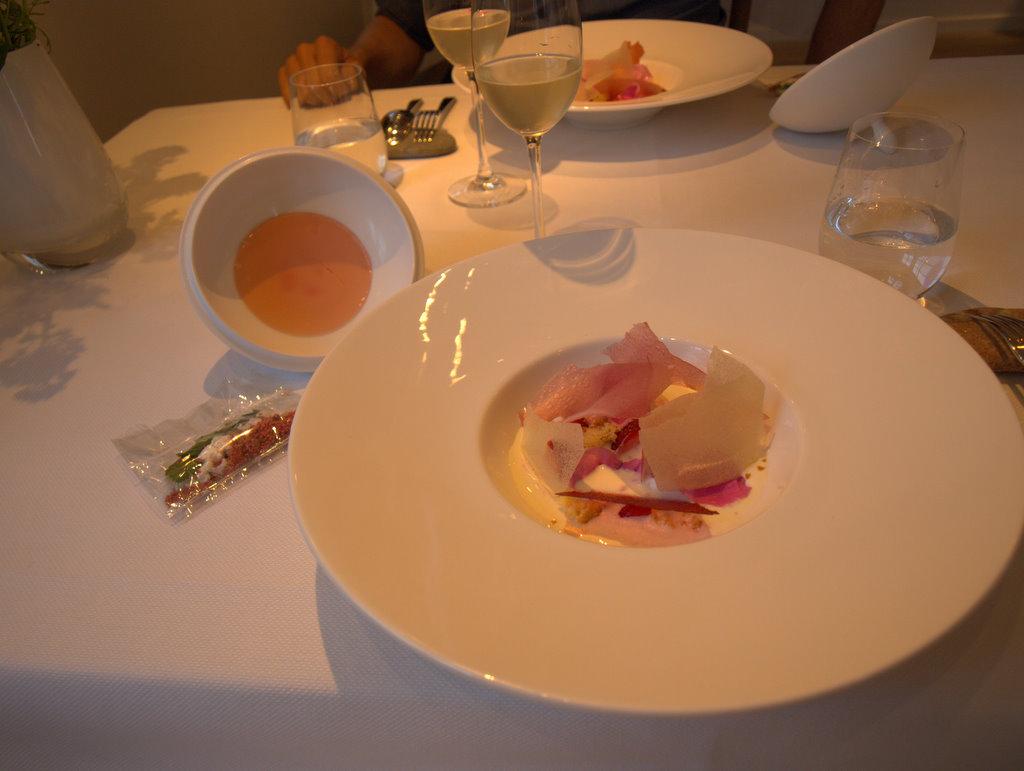 Anden og sidste dessert - over 2 serveringer, med jordbær, hyldeblomst og bacon.