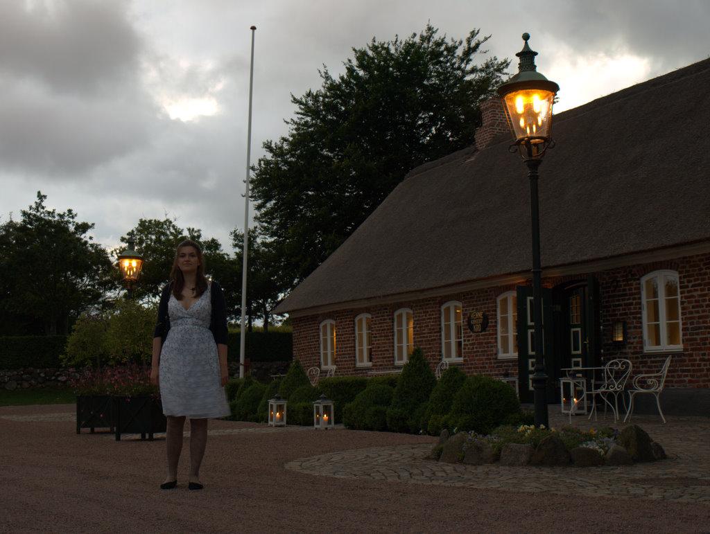 Henne Kirkeby Kro ved  aftenstid.