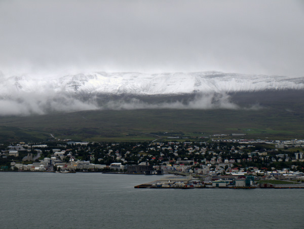 Nyfalden sne over Akureyri
