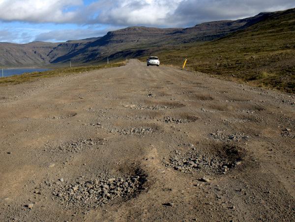 Meget hullet vej på ca. 60 km ud til Latrébjarg