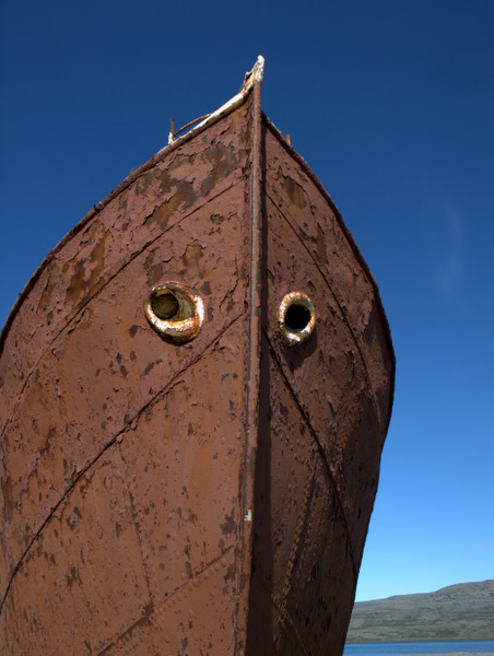 Et meget rustens skib, som er efterladt som minde