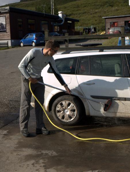 Bilen bliver godt måget efter sådan en lang grustur, så det er godt man kan vaske den gratis i Flokalundur