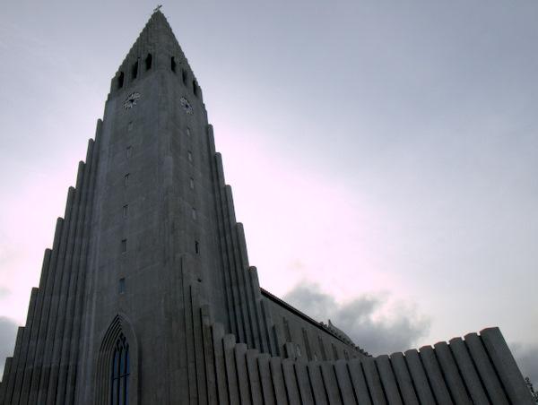 Hallgrimkirken i Reykjavik. Ja helt køn er den ikke :)