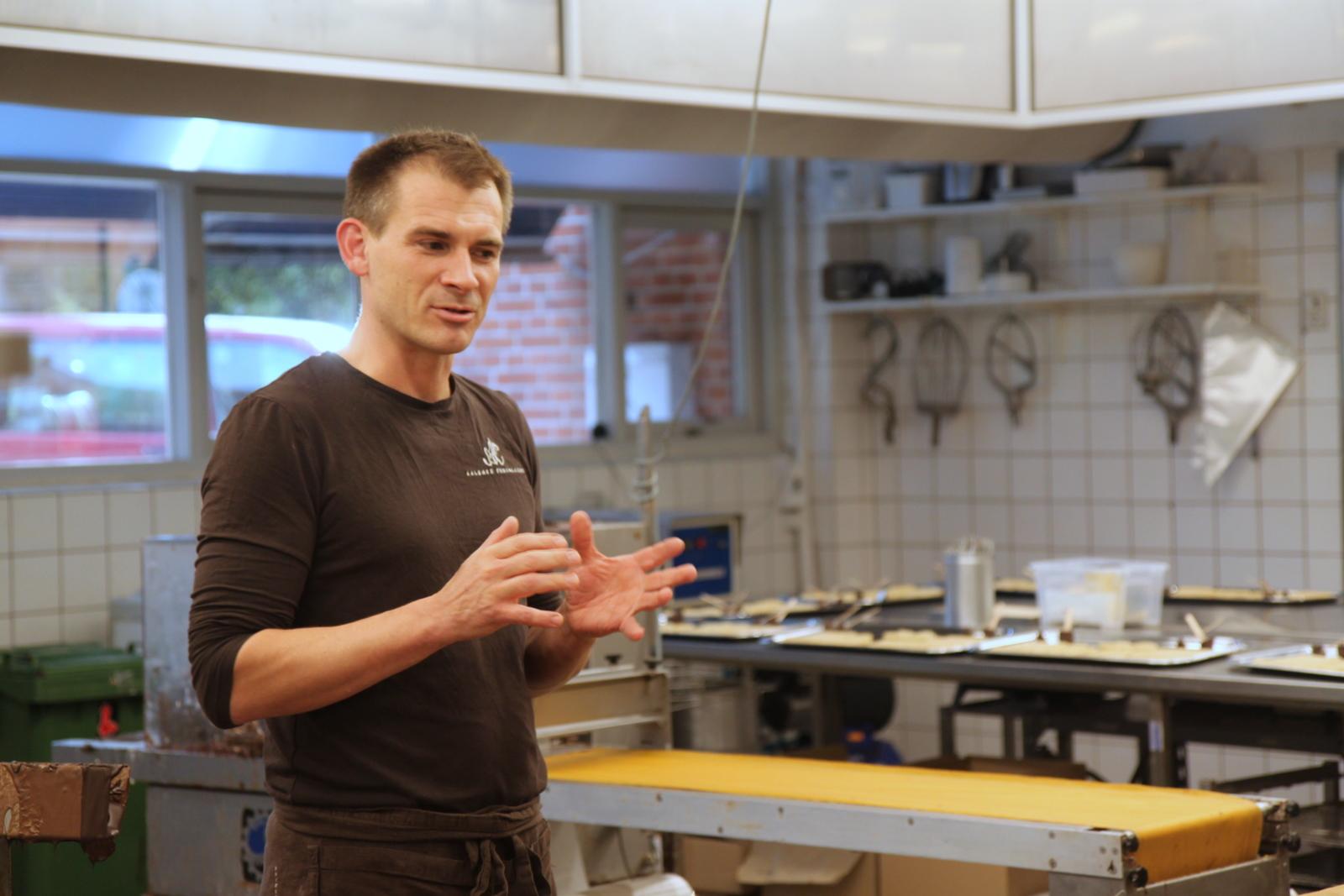 John Aslak Jensen - ejer af Aalborg Chokoladen, står og fortæller lidt om baggrunden for fabrikken og chokolade generelt, alt imens, der er smagprøver
