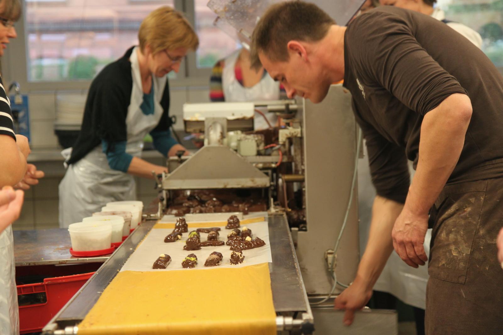 Og så skal konfekten overtrækkes med chokolade. Mange af flødebollerne led under chokoladevandfaldet, og faldt sammen, men det smagte de ikke værre af :)