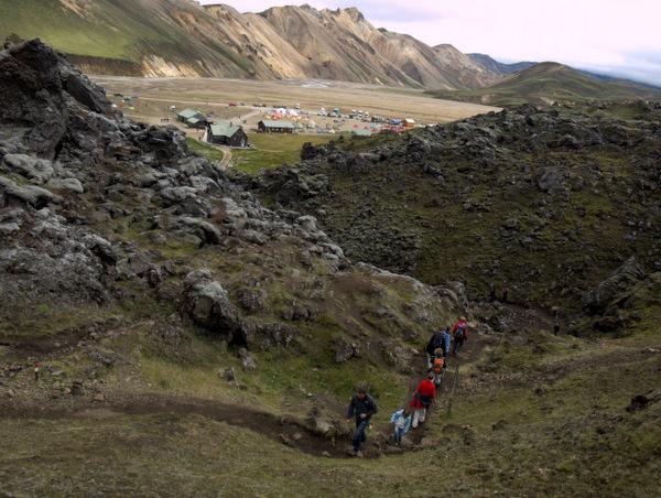 Vandreturen påbegyndes; lejren ses i baggrunden.
