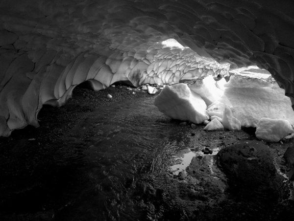 I ly for regn under sne - gletscherlignende grotte.