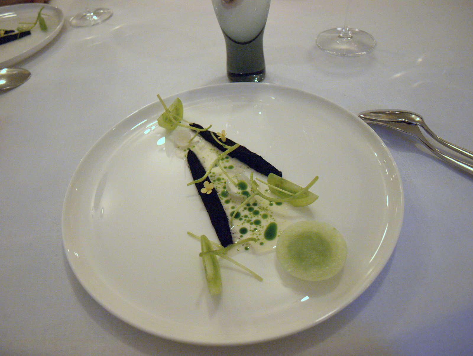 Makrel gravet i høaske med grønne tomater og dild