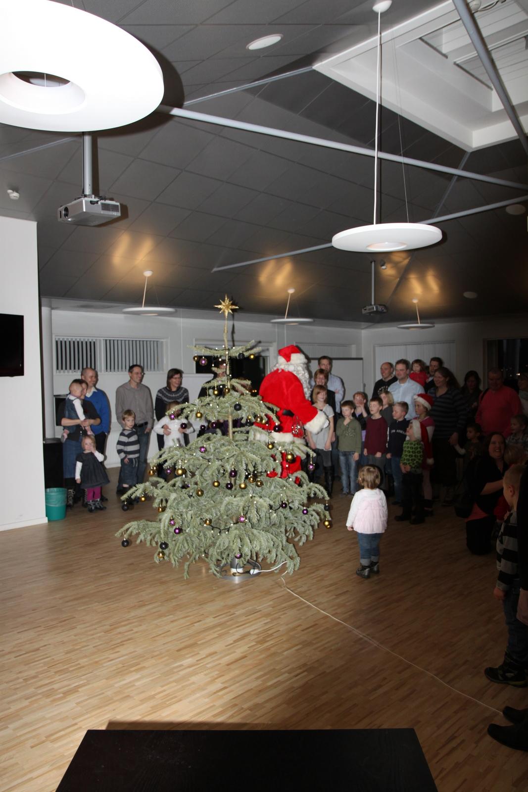 Julemanden for børnene til at sætte sig om juletræet - trylleshowet starter