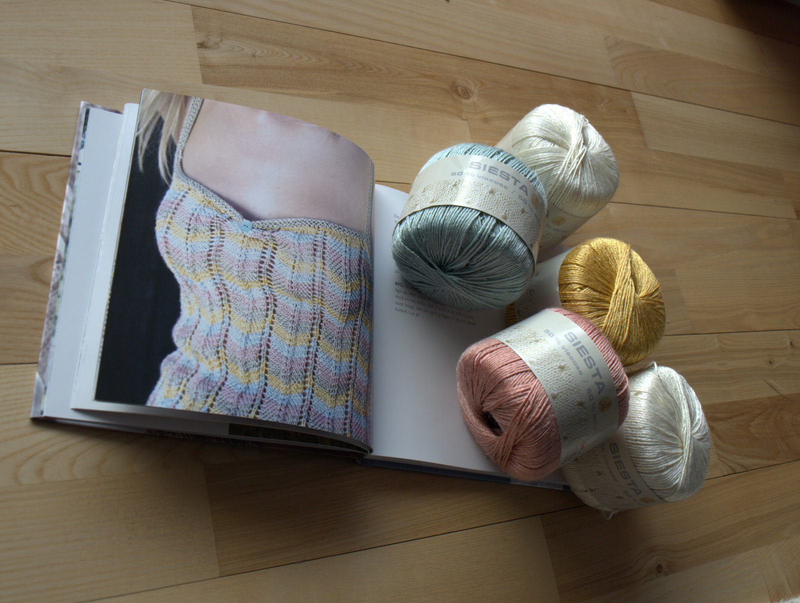 """Siksak fra bogen """"Feminin Strik"""" hedder toppen, som kræver 4 forskellige farver"""