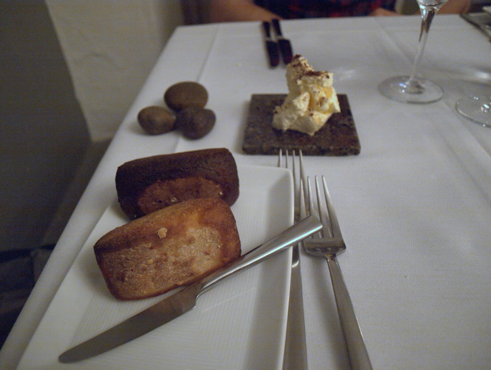 Lækkert brød; mørkt brød med fennikelfrø og mere traditionelt lyst brød